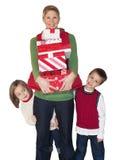 De het Winkelende Mamma en Jonge geitjes van Kerstmis Royalty-vrije Stock Afbeelding
