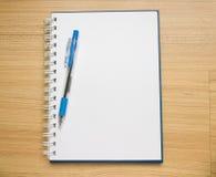De het witte boek en pen van de blanco paginaschets Royalty-vrije Stock Fotografie