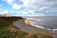 de het zandkust van de strandrots bij ziet oceaan stock afbeelding