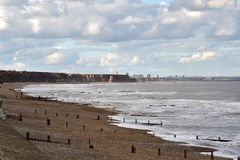 de het zandkust van de strandrots bij ziet oceaan royalty-vrije stock foto's