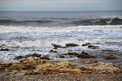 de het zandkust van de strandrots bij ziet oceaan stock foto