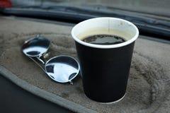 De hete Americano-koffie haalt binnen kop weg stock afbeeldingen