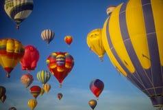 De hete blauwe hemel van luchtballons agaisnt Stock Afbeelding
