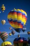 De hete blauwe hemel van luchtballons agaisnt Stock Fotografie