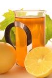 De hete citroenthee met esdoorn doorbladert Royalty-vrije Stock Foto's