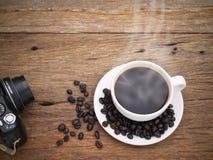 De hete donkere espresso van de koffiekop op het hout Stock Afbeelding