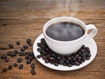 De hete donkere espresso van de koffiekop op het hout Royalty-vrije Stock Fotografie