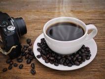De hete donkere espresso van de koffiekop op het hout Stock Foto's