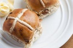 De hete dwarsbroodjes van Pasen met boter Royalty-vrije Stock Foto