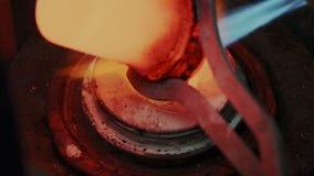 De hete gesmolten lavastroom of het stromende vloeistofmagma vullen vormvorm voor productie van juwelen Het smeltingsedele metaal stock footage