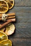 De hete ingrediënten van het de drankaroma van de de wintervakantie De droge oranje appel snijdt pijpjes kaneel op oud plankhout  stock foto's