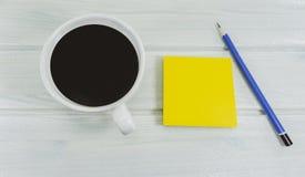 De hete koffie in de ochtend schrijft de nieuwe decoratie van ideeënsteunen een blauw potlood royalty-vrije stock afbeeldingen
