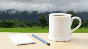 De hete koffie in de ochtend schrijft nieuwe ideeën stock afbeeldingen
