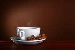 De hete Koffie van de kop og op bruine achtergrond Stock Fotografie