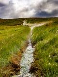 De hete lente in de Ijslandse heuvels stock foto