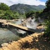 De hete lentes van het Iturup-eiland in de natuurlijke montages van bamboebos, rotsen en vulkanen Stock Fotografie