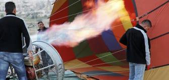 De hete luchtballon die van vlammen roadies klaar wordt Royalty-vrije Stock Fotografie