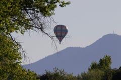 De hete luchtballon photgrphed in Bealton, toont de Vliegende Lucht van het Circus VA Riverfront Regionaal Park, Sonoma-Wijnland, stock afbeeldingen