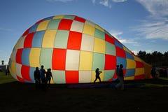De hete Luchtballon silhouetteert Zon Stock Foto