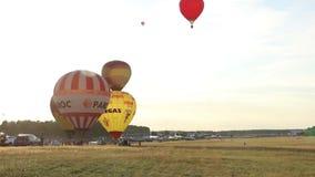De hete luchtballon verlaat de grond en vliegt tot de bovenkant, voorbereidingen treffend te vliegen stock footage