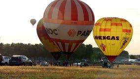 De hete luchtballon verlaat de grond en vliegt tot de bovenkant, voorbereidingen treffend te vliegen stock videobeelden