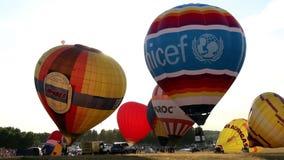 De hete luchtballon verlaat de grond en vliegt tot de bovenkant, voorbereidingen treffend te vliegen, unicef stock video