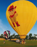 De hete Luchtballon wordt klaar om vlucht bij Ballon te nemen toont Stock Afbeeldingen