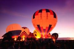 De hete luchtballons van de nacht stock fotografie