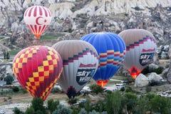 De hete luchtimpulsen treffen om bij zonsopgang dichtbij Goreme in het Cappadocia-gebied van Turkije van start te gaan voorbereid royalty-vrije stock foto's