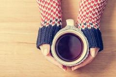 De hete mok van thee het verwarmen vrouw ` s dient retro verbindingsdraad in royalty-vrije stock fotografie