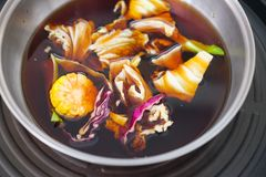 De hete pot van Shabushabu in zwarte soep Stock Foto's