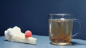 De hete thee wordt gegoten in een glas Transparant glastheepot en theekopje Langzame Motie stock videobeelden