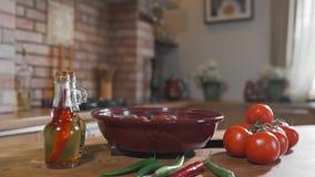 De hete vegetarische maaltijd stoomt, schotel met gekookte groenten, heet kruidig voedsel, stilleven bij de keuken, die voedsel k stock video