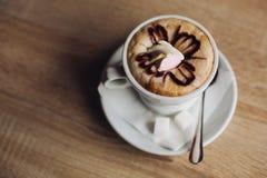 De hete verfraaide koffie van de lattekunst, Hete die mochakoffie op houten lijst wordt verfraaid Stock Foto's