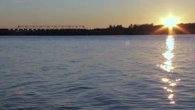 De hete zon van de ochtendzonsopgang over de slaaprivier stock footage