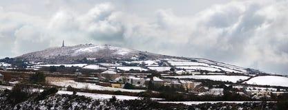 De heuvel van Carnbrea in sneeuw wordt behandeld die Royalty-vrije Stock Foto's