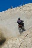 De heuvel van de motorfiets het beklimmen Royalty-vrije Stock Afbeelding