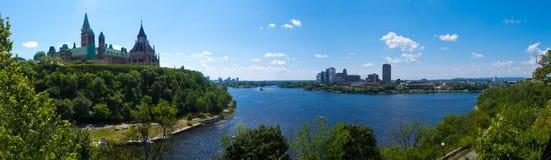 De Heuvel van het Parlement & de Rivier van Ottawa (Ottawa, Canada) Stock Fotografie