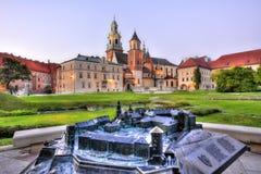 De heuvel van het Wawelkasteel met een model Stock Afbeelding