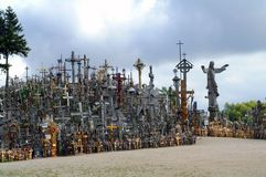 De Heuvel van Kruisen is een plaats van bedevaart in Litouwen stock afbeeldingen