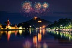 De heuvel van Mandalay bij nacht met vuurwerk toont in Mandalay stock foto's