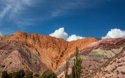 De Heuvel van Zeven Kleuren Kleurrijke bergen in Purmamarca, Jujuy, Argentinië stock foto