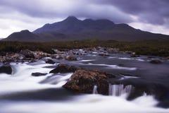 De heuvels Cullin en de rivier Stock Afbeelding