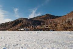 De heuvels van Baikal in April Stock Afbeelding