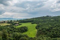 De heuvels van Val D 'Orcia op een sombere dag royalty-vrije stock afbeelding