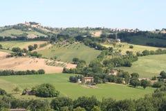 De heuvelslandschap van het land in Marche, Italië Stock Afbeeldingen
