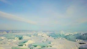 De heuveltjesmeer Baikal in een kleine overzees, luchtfotografie van het de winterijs stock footage