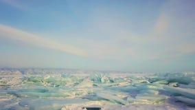 De heuveltjesmeer Baikal in een kleine overzees, luchtfotografie van het de winterijs stock videobeelden