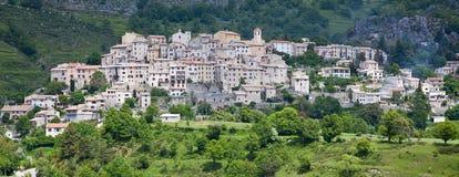 De heuveltopdorp van Coursegoules in de Provence royalty-vrije stock afbeelding