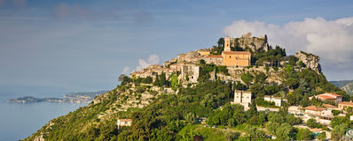 De heuveltopdorp van Eze op de Kooi d'Azur Stock Afbeeldingen